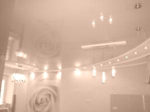 Глянцевые натяжные потолки в квартире на Чайке
