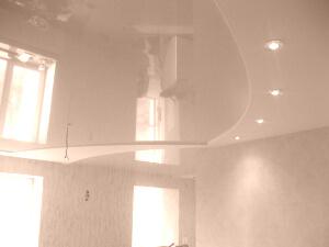 Бежевые глянцевые натяжные потолки в квартире