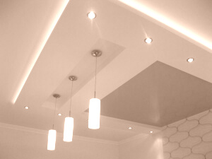 Серый глянцевый натяжной потолок в квартире