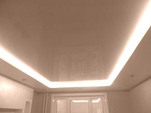 Бежевые глянцевые натяжные потолки в доме