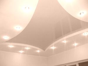 Красивые глянцевые натяжные потолки в доме
