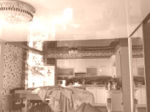 Глянцевые натяжные потолки в обычной квартире