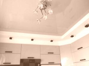 Зеленые глянцевые натяжные потолки на кухне